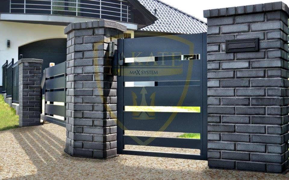 Ciemne ogrodzenie Alu Fence, wraz z bramą przesuwną i furtką